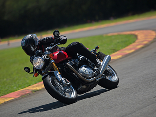 Thruxton R acrescenta bom desempenho ao estilo café racer