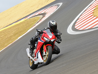 Honda CBR 1000RR SP vem pronta para pista por R$ 79.990 - Vídeo